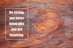 Prancha de madeira com um provérbio positivo foto de stock