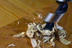 Prancha de madeira da perfuração com bocado de broca de madeira Fotos de Stock Royalty Free