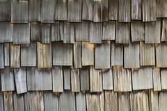 A prancha de madeira resistida shingles o fundo Imagens de Stock Royalty Free