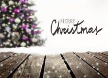 Prancha defocused e de madeira da árvore de Natal imagem de stock