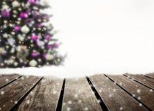 Prancha defocused e de madeira da árvore de Natal imagens de stock