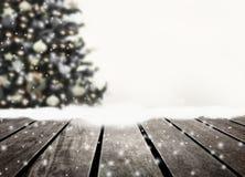 Prancha defocused e de madeira da árvore de Natal fotografia de stock royalty free