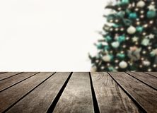 Prancha defocused e de madeira da árvore de Natal foto de stock