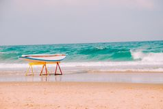 Prancha havaiana na praia do mar Mediterrâneo em Israel fotos de stock