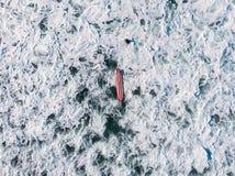 Prancha no meio do oceano, espuma de ebulição da água de turquesa imagens de stock