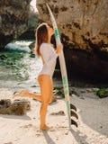 Prancha nova do beijo da menina da ressaca Mulher feliz do surfista na praia foto de stock royalty free