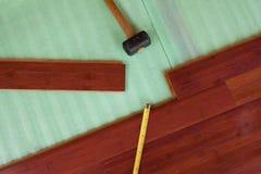 Pranchas de bambu de madeira do revestimento da folhosa que estão sendo colocadas Imagem de Stock