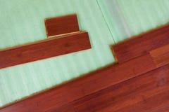 Pranchas de bambu de madeira do revestimento da folhosa que estão sendo colocadas Fotos de Stock
