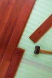 Pranchas de bambu de madeira do revestimento da folhosa que estão sendo colocadas Foto de Stock Royalty Free