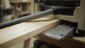 Pranchas de madeira após o aplanamento com plaina elétrica video estoque