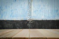 Pranchas de madeira com o wal de aço velho Imagens de Stock Royalty Free