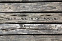 Pranchas de madeira com um provérbio positivo imagens de stock