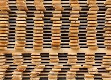 Pranchas de madeira do pinho empilhadas fotos de stock