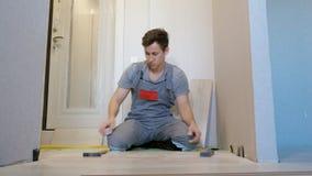 Pranchas de madeira de estratificação do assoalho do homem filme