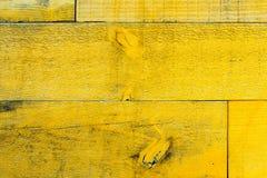 Pranchas de madeira sujas e resistidas velhas rústicas da parede amarela como a textura de madeira foto de stock