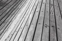 Pranchas e parafusos de madeira cinzentos, parede curvada Imagens de Stock