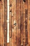 Pranchas marrons verticais vestidas de madeira Fundo vertical do grunge fotografia de stock