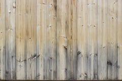 Pranchas ou placas de madeira naturais resistidas e desvanecidas em uma cerca imagens de stock royalty free