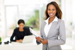 Prancheta africana da mulher de negócios Fotos de Stock Royalty Free