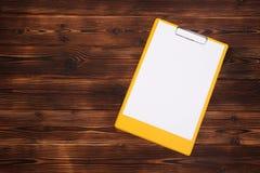 Prancheta com a folha branca no fundo de madeira Vista superior fotos de stock royalty free