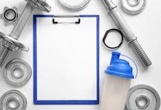 Prancheta com papel vazio para o plano do exercício fotos de stock royalty free