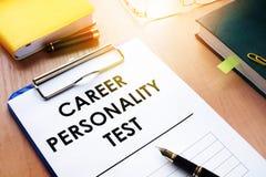 Prancheta com teste de personalidade da carreira em uma mesa Conceito das avaliações Imagem de Stock