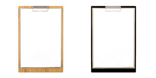 Prancheta de madeira e prancheta preta com papéis vazios com o espaço da cópia para a zombaria isolado acima no fundo branco Imagens de Stock Royalty Free