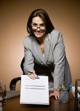 Prancheta de oferecimento da mulher de negócios com contrato Foto de Stock Royalty Free