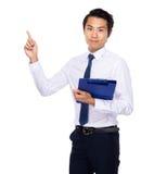 Prancheta e dedo asiáticos da posse do homem de negócios acima Imagem de Stock