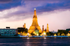 Prang Wat Arun Temple no crepúsculo em Banguecoque Tailândia Fotos de Stock