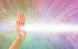 Pranic uzdrowiciel używa prawą rękę promienieć leczniczą energię zdjęcie royalty free