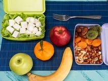 Pranza la scatola alimento appetitoso e sulla tavola di legno leggera immagine stock