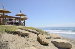 Pranzando alla spiaggia Immagine Stock