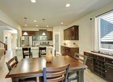 Pranzando ed interno della stanza della cucina in nuova di zecca casa Immagine Stock