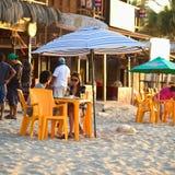 Pranzando sulla spiaggia in Mancora, il Perù Fotografie Stock