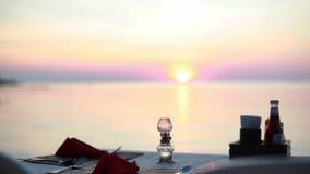 Pranzando sulla spiaggia Vew di una tavola ad un ristorante della spiaggia durante il tramonto dalla vista del mare 1920x1080 archivi video