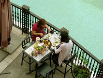 Pranzare all'aperto, centro commerciale di Venezia Grand Canal, collina di McKinley, Taguig, metropolitana Manila, Filippine Fotografia Stock