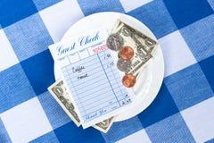 Pranzare assegno con cambiamento Fotografia Stock Libera da Diritti
