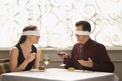Pranzare Blindfold delle coppie Fotografia Stock Libera da Diritti