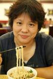 Pranzare cinese della donna Immagini Stock