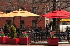 Pranzare esterno ad un caffè Immagine Stock