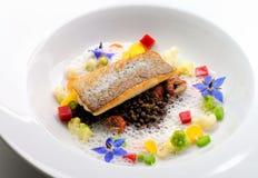 Pranzare fine, filetto di pesce bianco impanato in erbe e spezia con i gamberetti fotografia stock
