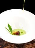 Pranzare fine, uovo affogato con la salsa degli spinaci e Truffel Fotografia Stock