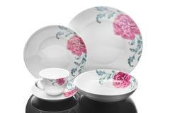 Pranzare l'insieme della porcellana dei piatti e di una tazza con l'ornamento floreale su fondo bianco, fotografia del prodotto Fotografie Stock