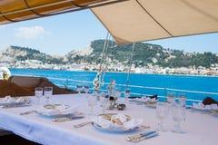 Pranzi circa per essere servito a bordo di un yacht fuori di Zacinto immagine stock
