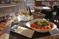 Pranzo chiaro nel ristorante all'aperto. Fotografia Stock Libera da Diritti