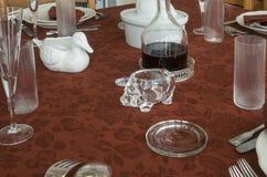 Pranzo con TableclothLunch rosso con una tovaglia rossa fotografia stock libera da diritti