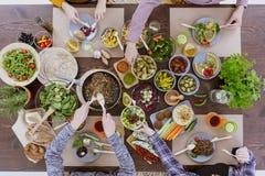 Pranzo del vegetariano degli amici fotografia stock