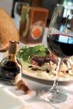 Pranzo della bistecca con vetro di vino