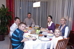 Pranzo della tabella della famiglia immagine stock libera da diritti